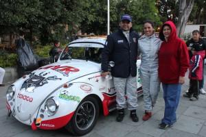 "Malena Rivera, Emilio Velasquez, y el ""indio"" participantes de la Carrera Panamericana"
