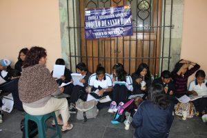Profesora María Pacheco con sus alumnos