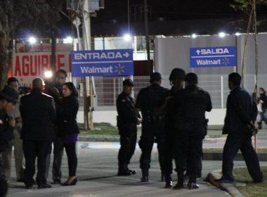 Elementos de la Policía Estatal en el exterior de las tiendas Walmart