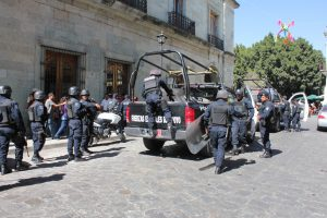 CHOQUE ENTRE POLICÍAS E INTEGRANTES DE ODI EN PALACIO DE GOBIERNO DE OAXACA
