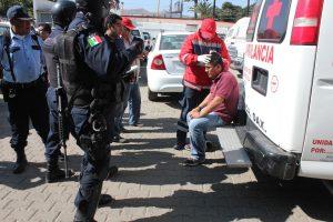 Uno de los heridos es atendido por rescatistas de la Cruz Roja Mexicana