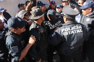 Con bastón en mano se defendio la agente de transito, Ana Pérez Huerta