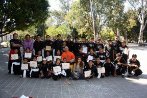 Artemarcialistas con sus diplomas, junto a directivos del Templo.