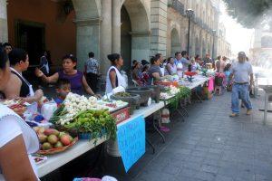 Mercado instalado en el exterior del Palacio de Gobierno del Estado de Oaxaca
