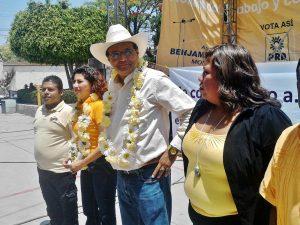 Benjamín Robles Montoya y acompañantes