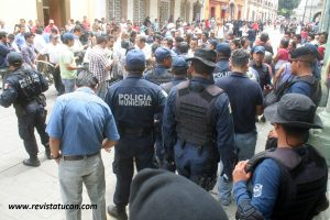 Frente a frente, comerciantes y policías municipales