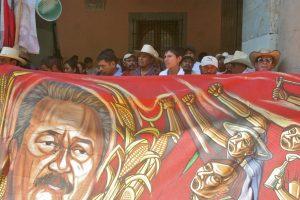 Integrantes del MULT protestan frente al Palacio de Gobierno de Oaxaca.