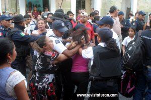 Enardecidos mercaderes golpean a detenida
