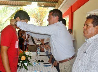 Germán Espinosa Santibáñez premio a los ganadores de cada una de las disciplinas