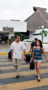 Chiquimarco, a su llegada al aeropuerto de Huatulco.