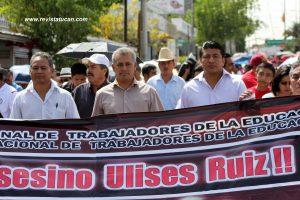 """Profesor Azael Santiago Chepi y Gabriel López Chiñas al frente de la Marcha del """"14 de junio"""""""