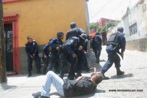 """MARCHA """"YO SOY 132"""" EN OAXACA, TERMINA EN PERSECUCIÓN CON GASES LACRIMÓGENOS, DISPAROS DE ARMA DE FUEGO; 15 JÓVENES DETENIDOS"""
