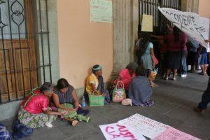 En espera de una respuesta, los pobladores de Miguel Tilquiapan, Ocotlán, mantienen bloqueados los accesos al Palacio de Gobierno.