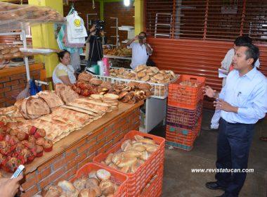 El secretario Técnico Sergio Raciel Vale López durante el recorrido en el Mercado Municipal de Zaachila.