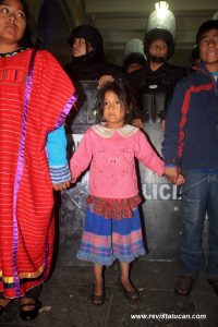 """Niños y Mujeres Triquis realizaron una """"Cadena Humana"""" en protesta al desalojo"""