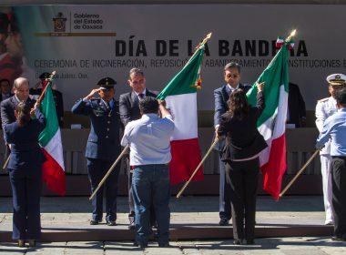 El Gobernador Gabino Cué Monteagudo, encabezó este domingo en la Alameda de León, la ceremonia del Día de la Bandera Nacional.