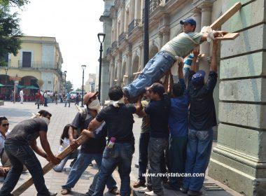 Crucificados en Palacio de Gobierno de Oaxaca