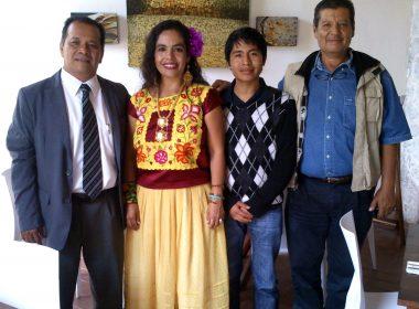 La cantante Martha Toledo y el joven pintor Carlos Bazan con los organizadores del evento internacional