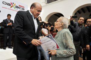 Javier Villacaña  entrega reconocimientos a Mujeres oaxaqueñas