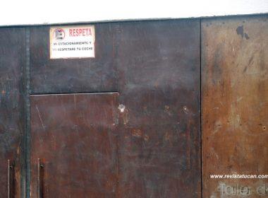 8 impactos de bala quedaron en el portón