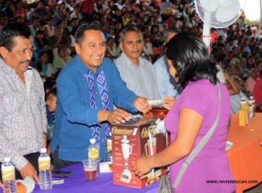 Raciel Vale López, entregó los premios a las madres en su día