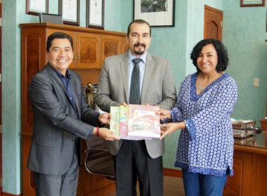 """2 mil paquetes de libros de la materia de inglés fueron donados a la Facultad de Idiomas de la Universidad Autónoma """"Benito Juárez"""" de Oaxaca"""