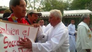 Padre Barragan evitando la protesta