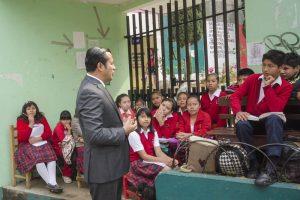 Alumnos toman clases al exteior de las escuelas por paro magisterial en Oaxaca