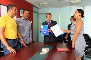 Entrega de Iniciativa de Reforma al Código Penal por parte de periodistas al Diputado Gerardo Henestroza