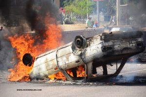 Taxis incendiados frente al Monumento a la Madre
