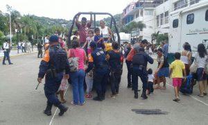 Evacuación de pobladores por parte d ela Policía Estatal