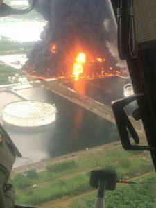 Vista aérea de la explosión en refinería de Pemex en Salina Cruz