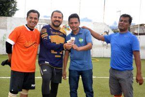 Periodistas deportivos reciben premio por parte de Leobardo García, Presidente de la UPI