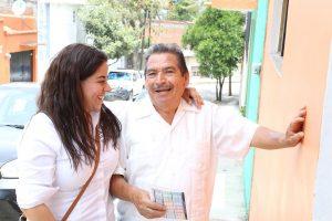 Alicia Bañuelas en sus recorridos escucha las demandas de los ciudadanos