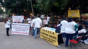 Protestan médicos en el zócalo de Oaxaca