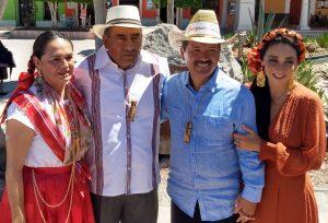 Abelardo Ruíz Acevedo en compañía de su esposa y las autoridades de Cholula, Puebla